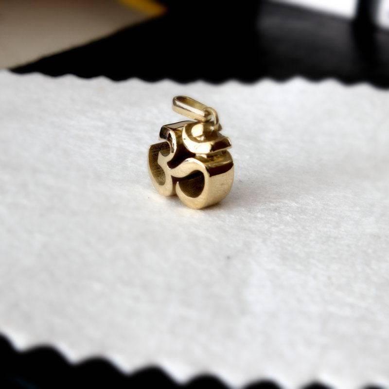 Buddhist Om charakter solid pendant Gold Foto